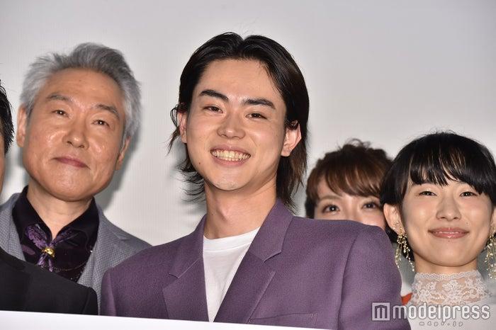 完成披露上映会舞台あいさつに出席したモロ師岡、菅田将暉、木下あかり (C)モデルプレス
