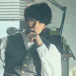 岡田将生(C)2020映画「さんかく窓の外側は夜」製作委員会 (C)Tomoko Yamashita/libre