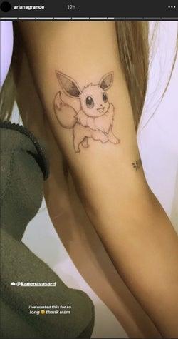 イーブイのタトゥーを入れたアリアナ・グランデ/Instagramストーリーズより