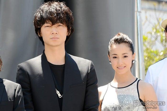 綾野剛(左)、沢尻エリカ(右)とのプライベートを明かす【モデルプレス】