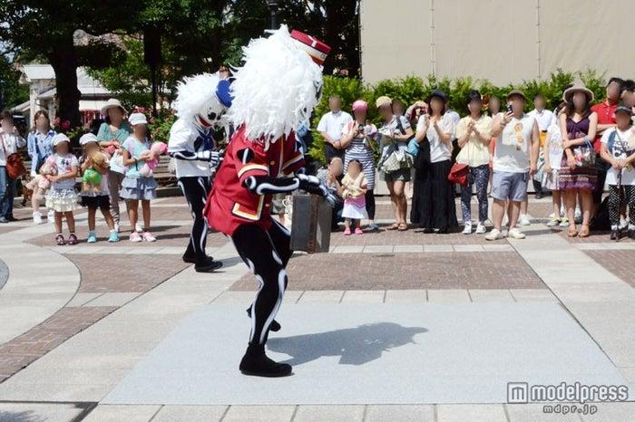 ポーターのスケルトンはパントマイムを披露/東京ディズニーシー「スケルトンのストリートパーティー」