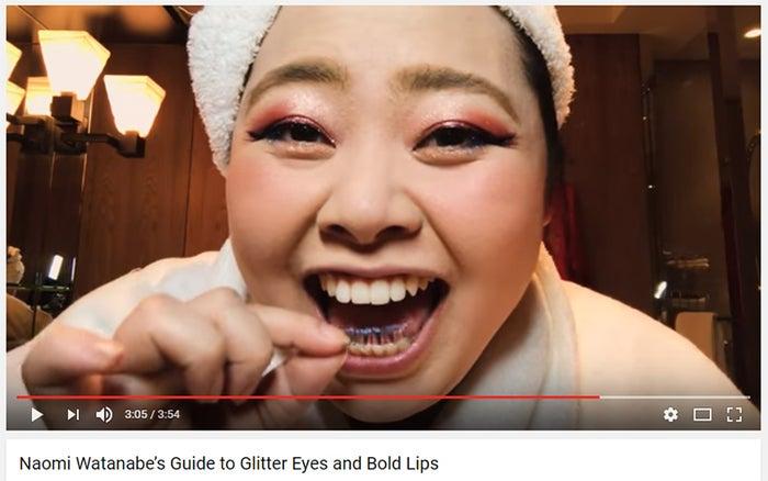 爆笑しながらつけまつ毛のノリを乾かす渡辺直美/米「Vogue」公式YouTubeアカウントより