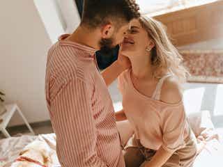 「今すぐ唇を奪いたい」彼のキス欲求をくすぐる《あざと誘惑ハグ》3つ