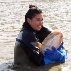 橋本マナミ、巨大魚捕獲に成功「池の水ぜんぶ抜く」史上最大プロジェクト参戦