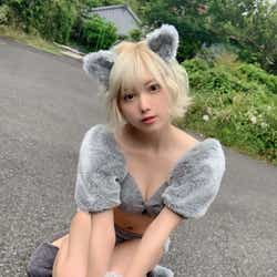 """モデルプレス - """"金髪ショート美女""""篠崎こころ、美バスト披露の猫コスに「可愛い」の声続々"""