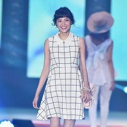 佐藤ありさの華やかオーラに歓声 ハッピーな笑顔で観客を魅了<GirlsAward 2015 S/S>
