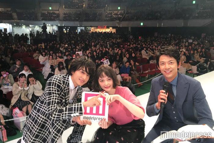 玉城ティナ&小関裕太、ステージ上で観客と記念撮影<神戸コレクション×モデルプレス> (C)モデルプレス
