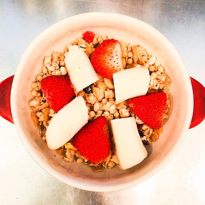 手順4:グラタン皿にフルーツグラノーラ、縦半分に切ったいちご、食べやすい大きさに切ったバナナを入れる/画像提供:柏原歩