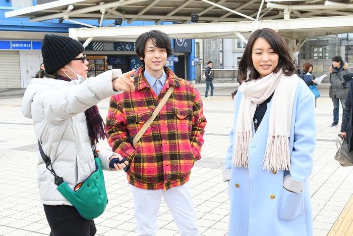 (中央)中村倫也(右)黒川芽以(C)2018吉本興業