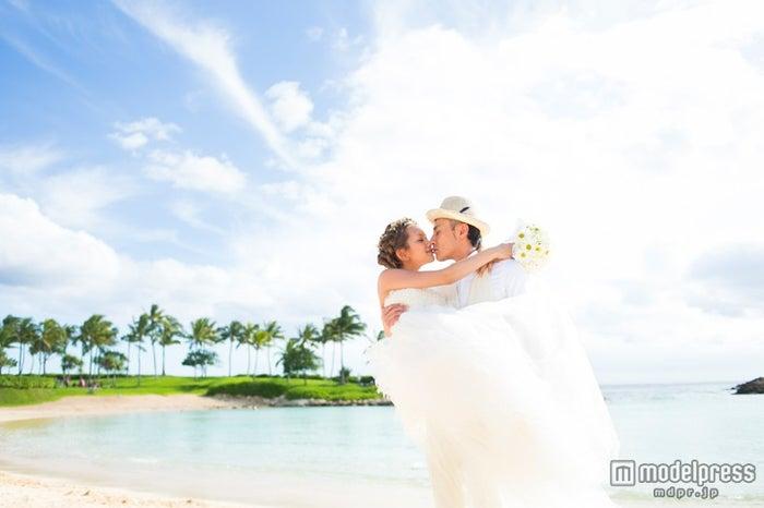 ハワイ挙式でのキスショットを披露した武智志穂/「SHIHO TAKECHI HAPPY WEDDING」(画像提供:学研パブリッシング)