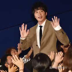 田中圭、手を振りながら登場(C)モデルプレス