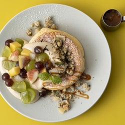 フリッパーズ、5種の秋フルーツたっぷりの季節限定パンケーキ