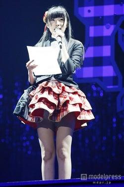 3rdシングルの選抜メンバーを発表する指原莉乃/(c)AKS