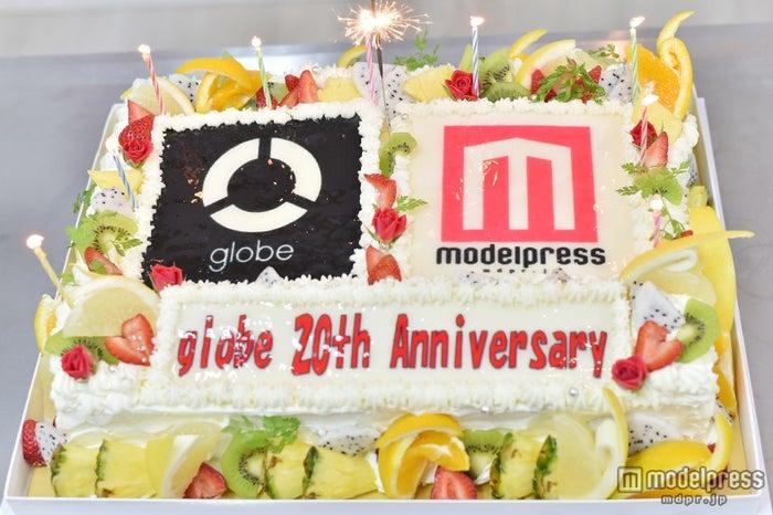 「globe20周年×モデルプレス」の特注ケーキ