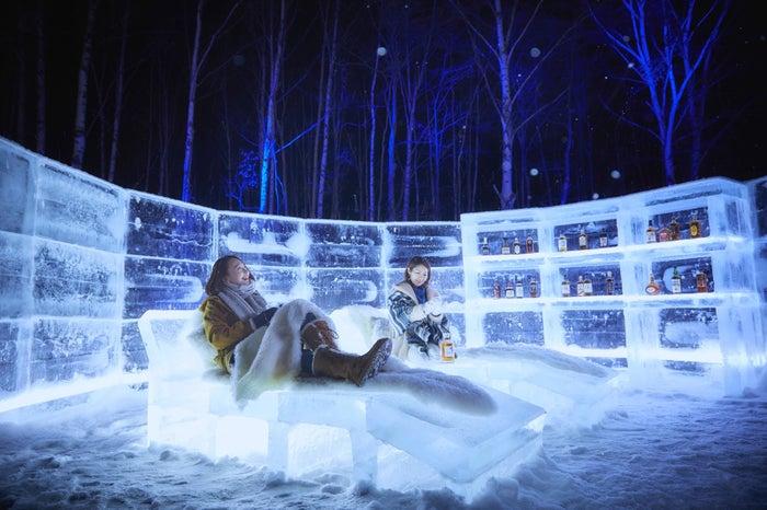 星空を眺めながら寛ぐ「氷の湯上がり処」/画像提供:星野リゾート
