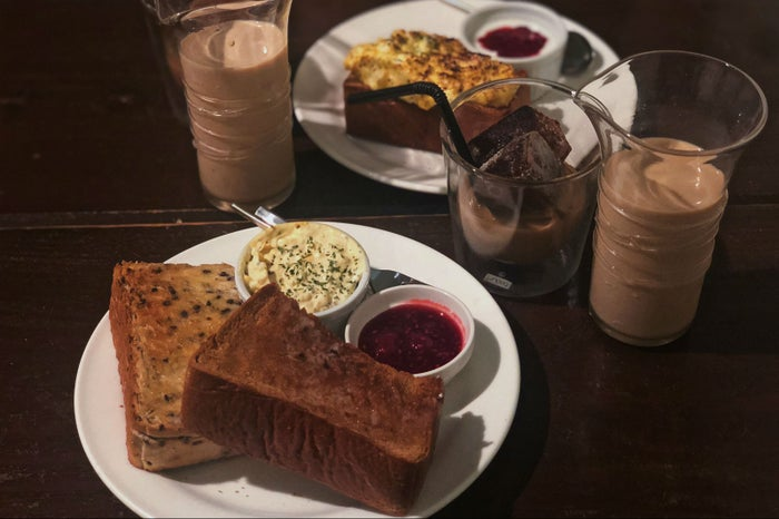 「カフェ ド サラ」のモーニングは、黒ゴマトーストorタマゴトーストをチョイス! (C)モデルプレス