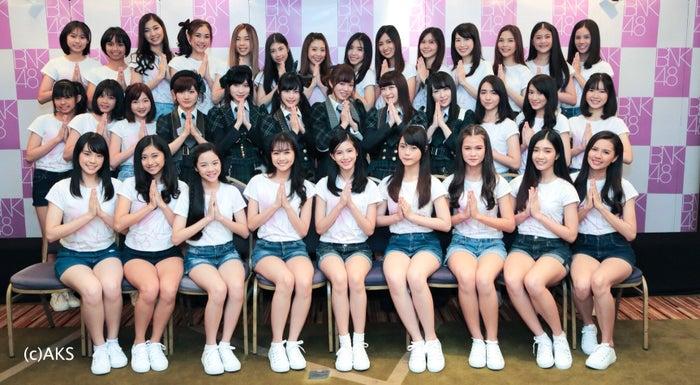AKB48(中央)&BNK48 (C)AKS