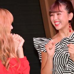 藤田ニコル(右)にダンスを教えるLISA(左) (C)モデルプレス