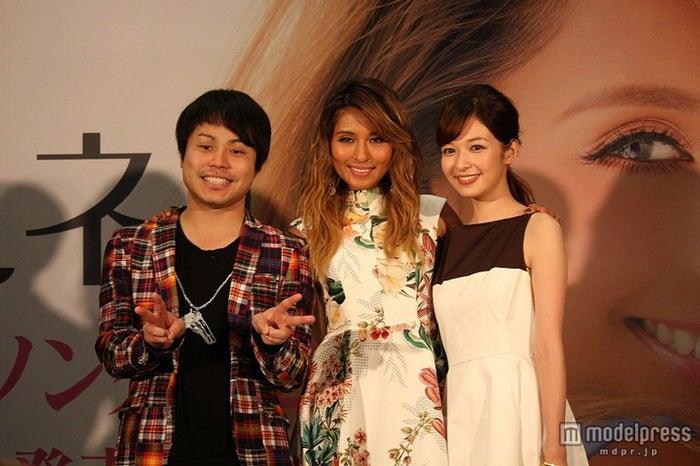 シェネルがリリース記念イベントを開催(左から)NON STYLE・井上裕介、シェネル、森絵梨佳