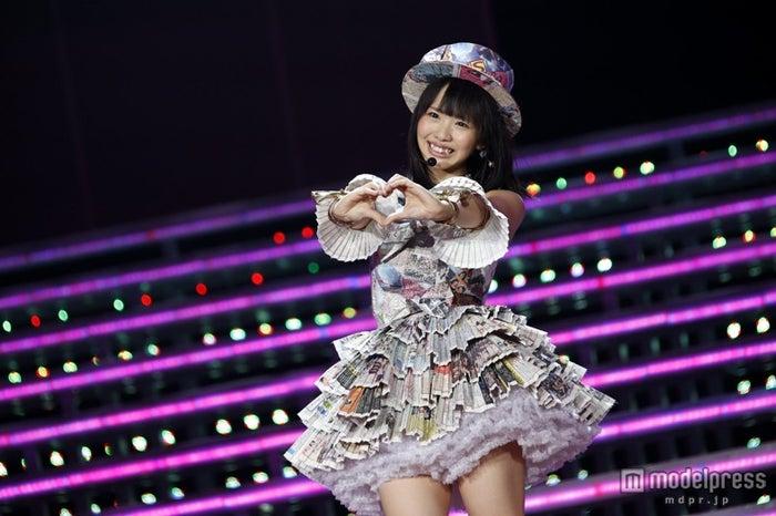 ソロデビュー曲「マツムラブ!」を初披露した松村香織/「AKB48 2013 真夏のドームツアー~まだまだ、やらなきゃいけないことがある~」ナゴヤドーム公演初日より(C)AKS