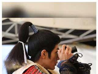 三浦春馬さん、映画「ブレイブ‐群青戦記‐」オフショットに「凛々しくて素敵」「レンズの先が気になる」の声