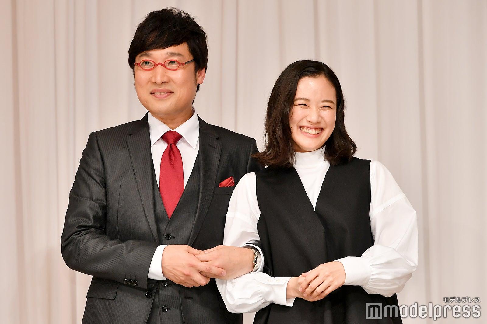 「腕を組んで」と要望を受けボケる山里亮太&蒼井優(C)モデルプレス