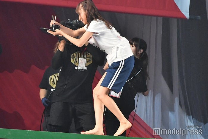 こちらもへっぴり腰になった中井りか/NGT48 4thシングルリリースイベント (C)モデルプレス