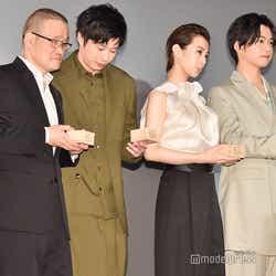 フォトセッション時、少し離れていたところにいた中田秀夫監督をさりげなく引き寄せる田中圭、北川景子、千葉雄大、白石麻衣 (C)モデルプレス