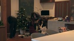 クリスマスツリーの準備をするメンバーたち「TERRACE HOUSE OPENING NEW DOORS」49th WEEK(C)フジテレビ/イースト・エンタテインメント