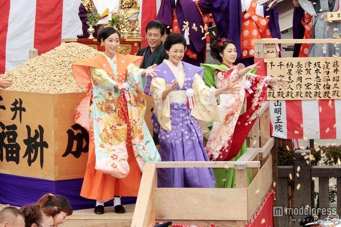 成田山節分祭の追儺豆まき式に参加した(左から)杏、財前直見、松浦雅(C)NHK