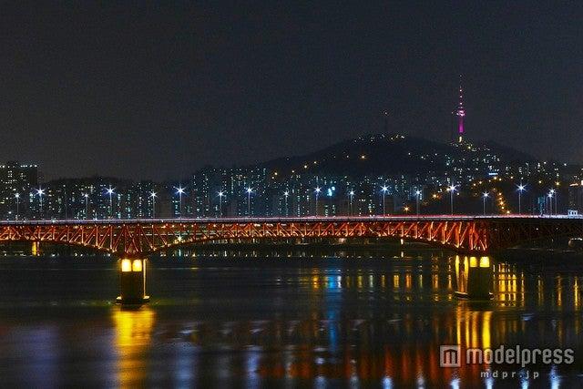 南山山頂でピンク色に輝くNソウルタワー/photo by travel oriented
