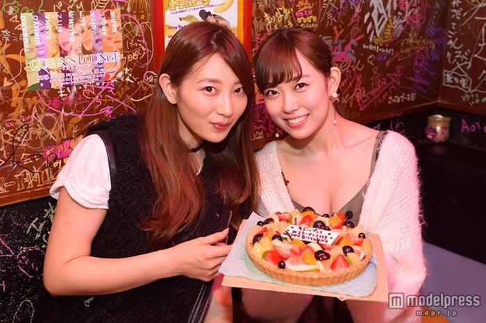 岸野里香(左)がバースデーケーキをもってサプライズ登場!