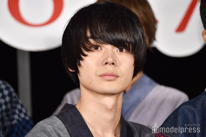 甚平にマッシュヘアを合わせた菅田将暉(C)モデルプレス