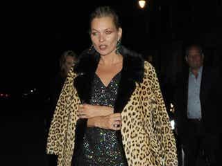 ケイト・モス、鉄板コートでもう冬ファッション