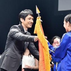西島秀俊と香川照之がサプライズ登場 中学生が沸く