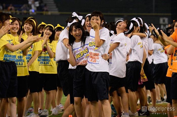 優勝に歓喜するメンバー/「第1回AKB48グループ対抗 大運動会」(C)AKS