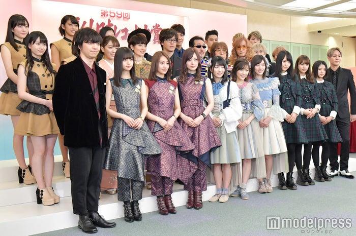 (後列左から)つばきファクトリー、NOBU、中澤卓也、UNIONE(中列左から)つばきファクトリー、杜このみ、荻野目洋子、三浦祐太朗、The KanLeKeeZ、UNIONE(前列左から)三浦大知、乃木坂46、AKB48、欅坂46、AAA (C)モデルプレス