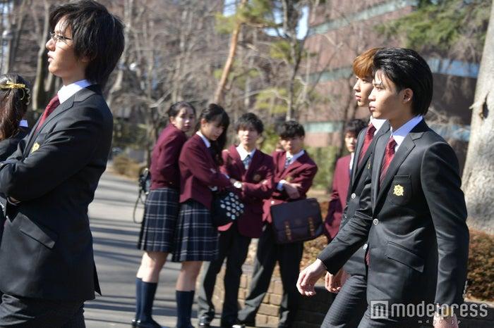 威圧感たっぷりのC5に生徒たちは恐れる/撮影中:濱田龍臣、鈴木仁、中田圭祐 (C)モデルプレス
