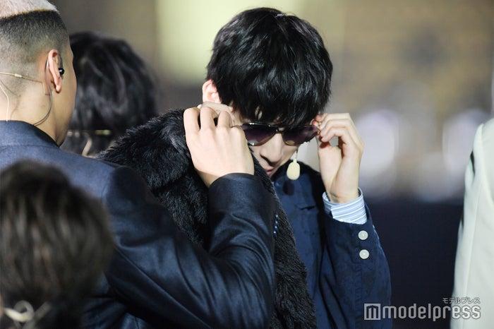 関口メンディーからサングラスを譲り受ける長谷川慎(C)モデルプレス