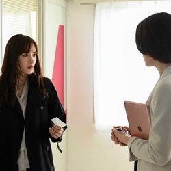綾瀬はるか(左)「天国と地獄 ~サイコな2人~」第7話より(C)TBS