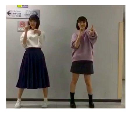 """(左から)堀未央奈、井上小百合の""""恋ダンス""""/井上小百合755より"""
