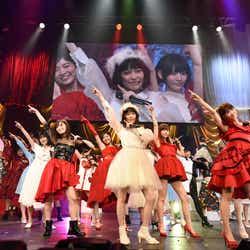 「ハイテンション」で終了/島崎遥香(中央)「第6回 AKB48紅白対抗歌合戦」(C)AKS