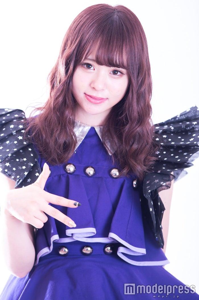 アイドル「マジカル・パンチライン」衣装の佐藤麗奈がマジパンポーズ(C)モデルプレス