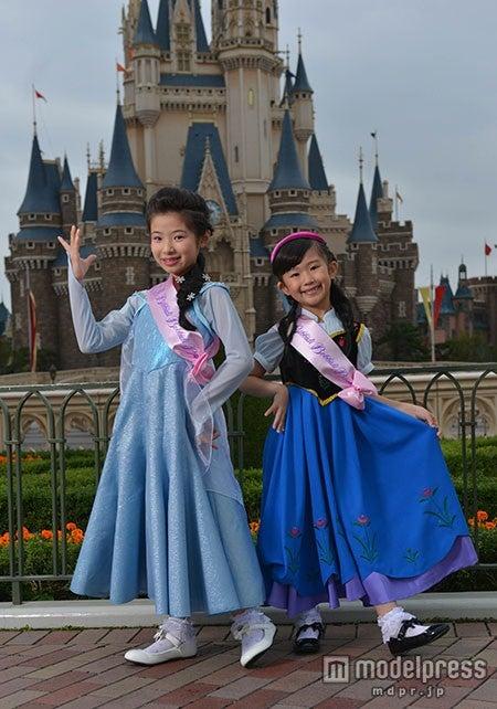 「アナと雪の女王」のアナとエルサに変身できるドレス新登場(C)Disney