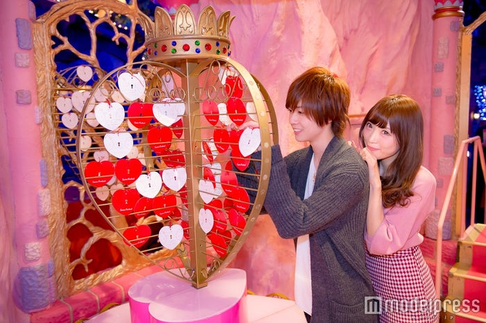 2人の気持ちを形に残す/モデル:かえで、笹森裕貴(C)モデルプレス