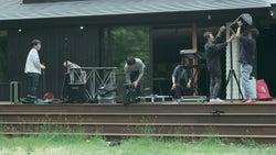 機材を準備する翔平ら「TERRACE HOUSE OPENING NEW DOORS」31st WEEK(C)フジテレビ/イースト・エンタテインメント