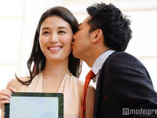 橋本マナミにピース綾部が熱いキス 背中ざっくりSEXYスタイルで魅了