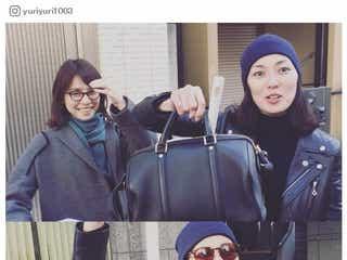 石田ゆり子、バッグから飛び出す物の正体は?照れ笑いに「可愛い」「和みました」の声