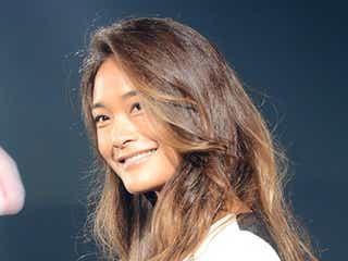 「FIRE」CM美女ジェラ・マリアーノ、胸元SEXYドレスで日本のランウェイ初降臨 美貌の秘訣を明かす