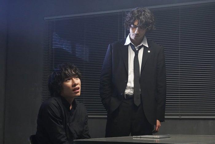 落合モトキ、賀来賢人/「ニッポンノワール―刑事Yの反乱―」第5話より(C)日本テレビ
